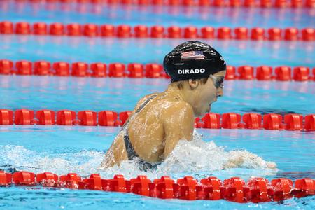 RIO DE JANEIRO, BRAZILIË - AUGUSTUS 8, 2016: Olympisch kampioen Madeline Dirado van de Verenigde Staten zwemt de 200m Individuele Medley Heat 3 van Vrouwen van Rio 2016 Olympische Spelen bij Olympisch Aquatisch Stadion Stockfoto - 67937920
