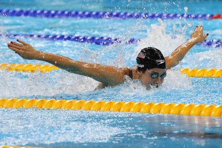 RIO DE JANEIRO, BRAZILIË - AUGUSTUS 8, 2016: Olympisch kampioen Madeline Dirado van de Verenigde Staten zwemt de 200m Individuele Medley Heat 3 van Vrouwen van Rio 2016 Olympische Spelen bij Olympisch Aquatisch Stadion Stockfoto - 67937921