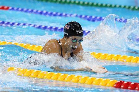 RIO DE JANEIRO, BRAZILIË - AUGUSTUS 8, 2016: Olympisch kampioen Madeline Dirado van de Verenigde Staten zwemt de 200m Individuele Medley Heat 3 van Vrouwen van Rio 2016 Olympische Spelen bij Olympisch Aquatisch Stadion Stockfoto - 67937923