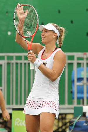 RIO DE JANEIRO, BRASIL - AGOSTO 7, 2016: campeón de Grand Slam Angelique Kerber de Alemania celebra la victoria después de solteros partido de primera ronda de los Juegos Olímpicos de Río 2016 en el Centro Olímpico de Tenis