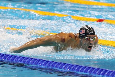 piscina olimpica: RIO DE JANEIRO, BRASIL - AGOSTO 8, 2016: campeón olímpico Michael Phelps de Estados Unidos compite en 200 metros mariposa de los hombres en Juegos Olímpicos Rio 2016 en el Estadio Olímpico Acuático