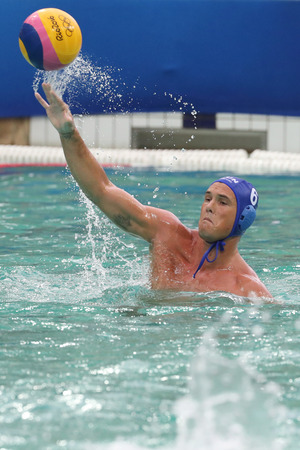 piscina olimpica: RIO DE JANEIRO, BRAZIL - AUGUST 10, 2016: Water Polo Team Hungary (in blue)  and Team Greece in action during Rio 2016 Olympics Mens Preliminary Round Group A match at the Maria Lenk Aquatic Center Editorial