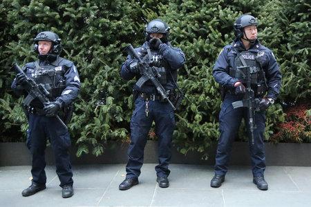 NEW YORK - 15 DICEMBRE 2016: I responsabili del terrorismo di NYPD che forniscono sicurezza al Rockefeller Center nel centro di Manhattan durante la stagione di vacanze a New York Archivio Fotografico - 68084307
