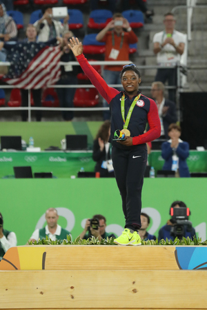 RIO DE JANEIRO, BRAZIL - AUGUST 11, 2016: Women's all-around gymnastics champion at Rio 2016 Olympic Games Simone Biles of Team USA during medal ceremony 版權商用圖片 - 68084884