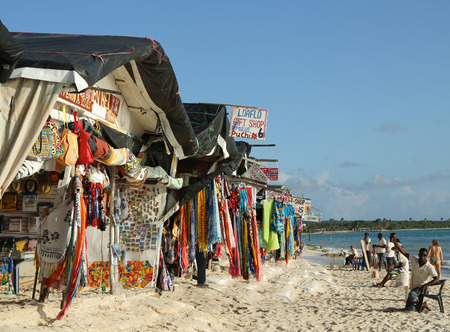 romana: LA ROMANA, DOMINICAN REPUBLIC - DECEMBER 30, 2016: Local vendor at the beach souvenir market at Playa Bayahibe Beach in La Romana Editorial