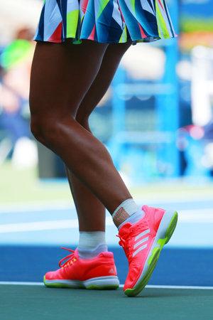 NEW YORK - 29 AOÛT 2016: La championne du Grand Chelem Angelique Kerber d'Allemagne porte des chaussures de tennis Adidas personnalisées lors d'un match à l'US Open 2016 au Billie Jean King National Tennis Center à New York