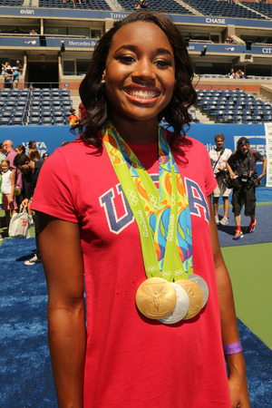 NEW YORK - 27 augustus 2016: Rio 2016 Olympische kampioen zwemmer Simone Manuel neemt deel aan Arthur Ashe Kids Day 2016 Billie Jean King National Tennis Center in New York Stockfoto - 70063550