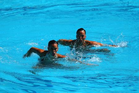 piscina olimpica: RIO DE JANEIRO, BRASIL - 14 de agosto, 2016: Ona Carbonell y Gemma Mengual de España compiten durante la natación sincronizada duetos preliminar de rutina libre de los Juegos Olímpicos Rio 2016