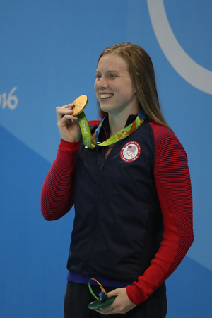 piscina olimpica: RIO DE JANEIRO, BRAZIL - AUGUST 8, 2016: Olympic Champion Lilly King of the United States celebrates victory after Womens 100m Breaststroke Final of the Rio 2016 Olympic Games Editorial