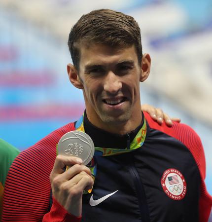 RIO DE JANEIRO, BRASIL - 12 de agosto, 2016: Michael Phelps de Estados Unidos durante la ceremonia de medalla después de 100 metros mariposa masculino de los Juegos Olímpicos de Río 2016 en el Estadio Olímpico Acuático Foto de archivo - 71526955