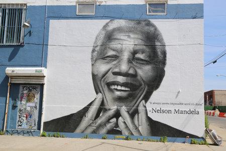 NEW YORK - 21. Juni 2014: Nelson Mandela Wand in Williamsburg Abschnitt in Brooklyn. Williamsburg ist eine einflussreiche Drehscheibe der aktuellen Indie-Rock, Hipster-Kultur und die lokale Kunstszene