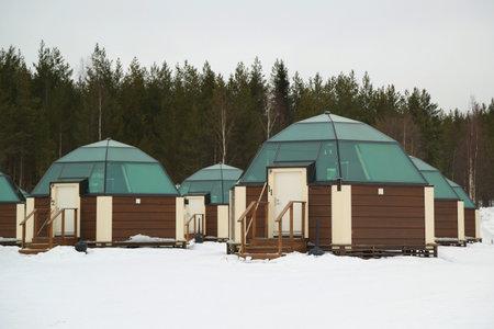 アークティック スノー ホテル フィンランドのラップランドで SINETTA, フィンランド - 2017 年 2 月 16 日: ガラスかまくら。北極 SnowHotel は、フィンラン 報道画像