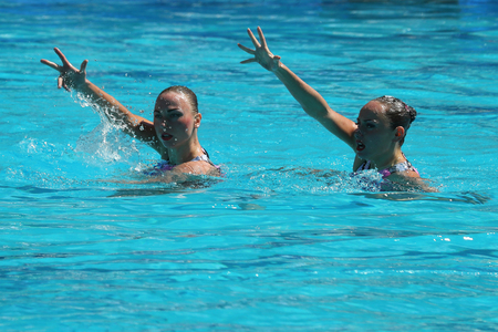 piscina olimpica: RIO DE JANEIRO, BRASIL - 14 DE AGOSTO DE 2016: Lolita Ananasova y Anna Voloshyna de Ucrania compiten durante duetos de natación sincronizada libre rutina preliminar de los Juegos Olímpicos Rio 2016 Editorial