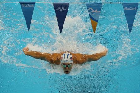 piscina olimpica: RIO DE JANEIRO, BRASIL - 10 de agosto, 2016: el campeón olímpico Michael Phelps de Estados Unidos compite en el combinado individual de 200 m de los hombres de los Juegos Olímpicos de Río 2016 en el Olympic Aquatics Stadium