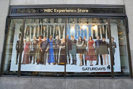 NEW YORK - 16 maart 2017: NBC Experience Store etalage gedecoreerd met Saturday Night Life-logo in Rockefeller Center in Midtown Manhattan