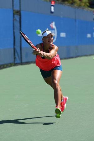 NOUVELLE-YORK - 27 AOÛT 2016: la championne du Grand Chelem Angélique Kerber, d'Allemagne, s'emploie pour l'Open US 2016 au Billie Jean King National Tennis Centre à New York