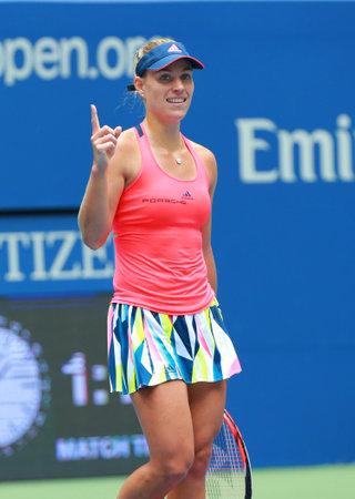 NOUVELLE-YORK - LE 6 SEPTEMBRE 2016: La championne du Grand Chelem Angelique Kerber, d'Allemagne, célèbre sa victoire après son match de quart de finale à l'US Open 2016 au Billie Jean King National Tennis Centre à New York