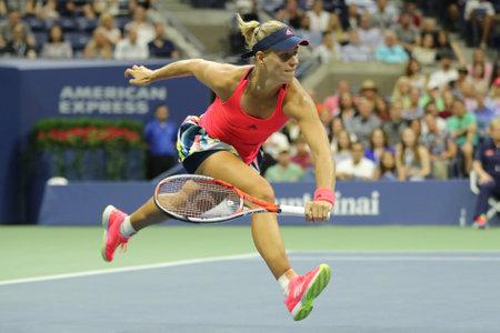 NEW YORK - 4 SEPTEMBRE 2016: La championne du Grand Chelem, l'Allemande Angelique Kerber, en action lors de son match de la quatrième journée à l'US Open 2016 au Billie Jean King National Tennis Center à New York