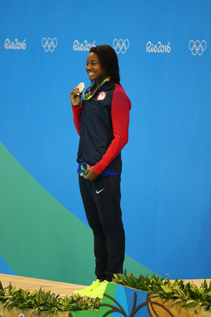 piscina olimpica: RIO DE JANEIRO, BRAZIL - AUGUST 13, 2016: Silver medalist Simone Manuel of United States during medal ceremony after Womens 50 metre freestyle final of the Rio 2016 Olympic Games