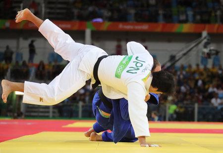 RIO DE JANEIRO, BRASIL - 11 DE AGOSTO DE 2016: a medalha de bronze Judoka Ryunosuke Haga do Japão (em branco) em ação contra Jevgenijs Borodavko da Letônia durante os homens - 100 kg do Rio 2016 Foto de archivo - 75518467