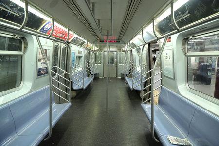 뉴욕 - 4 월 4 일, 2017 : 맨해튼에있는 8 번가 역에 NYC 지하철 차의 안쪽에. 뉴욕 교통국이 소유하고있는 지하철 시스템에는 469 개의 방송국이 있습니다 에디토리얼