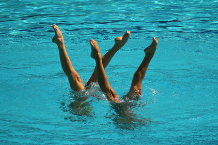 Synchroonzwemduet tijdens competitie