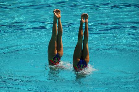 natación sincronizada: Sincronizada dúo de natación durante la competición Foto de archivo