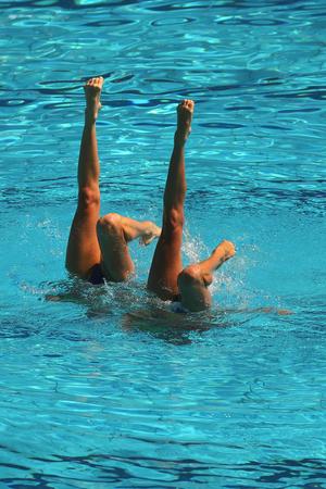 natación sincronizada: Synchronized swimming duet during competition Foto de archivo