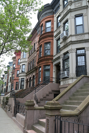 BROOKLYN, NEW YORK - MAY 11, 2017: New York City brownstones at historic Prospect Heights neighborhood. Prospect Heights is an affluent residential neighborhood within the New York borough of Brooklyn 新聞圖片