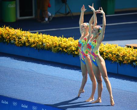 piscina olimpica: RIO DE JANEIRO, BRASIL - 15 DE AGOSTO DE 2016: Lolita Ananasova y Anna Voloshyna de Ucrania compiten durante duetos de natación sincronizada libre rutina preliminar de los Juegos Olímpicos Rio 2016