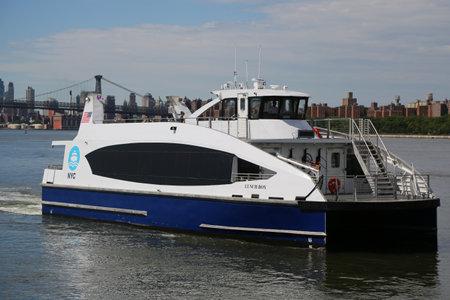 イースト ・ リバーのニューヨーク - 2017 年 6 月 4 日: ニューヨーク市のフェリー船