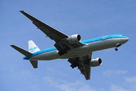 NEW YORK - 29 JUNI, 2017: KLM Boeing 777 aflopend voor landing op de internationale luchthaven van JFK in New York