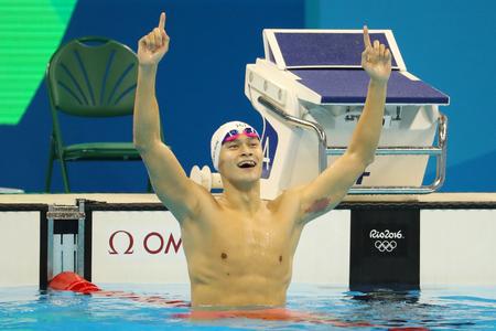 RÍO DE JANEIRO, el BRASIL - 8 de agosto de 2016: el nadador campeón olímpico Yang Sun de China celebra la victoria después de los hombres finales de los 200m estilo libre de los Juegos Olímpicos de Río 2016 en el estadio acuático olímpico Foto de archivo - 83448110
