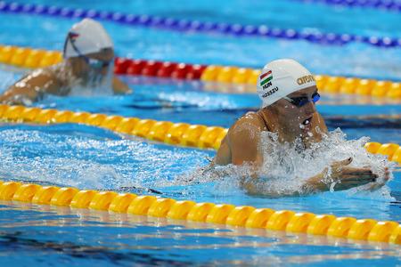 RÍO DE JANEIRO, BRASIL - 8 DE AGOSTO DE 2016: La campeona olímpica Katinka Hosszu de Hungría compite en la final de los Juegos Olímpicos de Río 2016 en el Estadio Olímpico Acuático Foto de archivo - 83448115