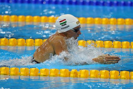 RIO DE JANEIRO, BRAZILIË - AUGUSTUS 8, 2016: Olympisch kampioen Katinka Hosszu van Hongarije concurreert in de 100m rugslag van de Dames Finale van de Rio 2016 Olympische Spelen in het Olympisch Aquatics Stadion Stockfoto - 83448114