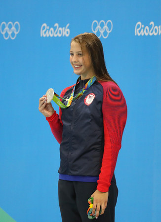 RIO DE JANEIRO, BRAZILIÃ‹ - AUGUSTUS 8, 2016: Zilveren medaillewinnaar Kathleen Baker van Verenigde Staten tijdens medailleceremonie na de 100m rugslagfinale van Vrouwen van Rio 2016 Olympics