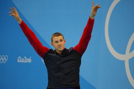 RIO DE JANEIRO, BRASIL - 8 DE AGOSTO DE 2016: Nadador campeón olímpico Ryan Murphy de Estados Unidos durante ceremonia de la medalla después de la parte posterior de los 100m de los hombres de las olimpiadas de Río 2016 en el estadio acuático olímpico Foto de archivo - 83448126