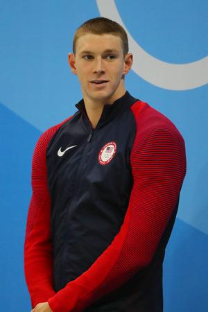 RIO DE JANEIRO, BRAZILIË - AUGUSTUS 8, 2016: Olympische championzwemmer Ryan Murphy van Verenigde Staten tijdens medailleceremonie na 100ste rugslag van Heren van Rio 2016 Olympics bij Olympisch Aquatisch Stadion Stockfoto - 83448134