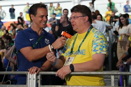 RIO DE JANEIRO, BRESIL - 8 AOÛT 2016: Ihor Zhdanov, le ministre de la Jeunesse et des Sports d'Ukraine lors d'une interview télévisée à l'issue d'un entretien avec Sabre féminin à la Carioca Arena 3 à Rio de Janeiro Banque d'images - 82712737