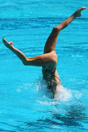 Synchroonzwemmen duet tijdens de competitie Stockfoto - 82924183