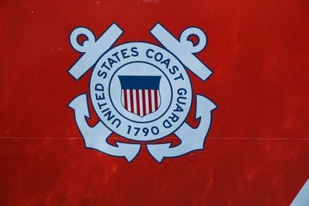 NEW YORK - 26 MEI, 2016: Het embleem van de Kustwacht van Verenigde Staten op de Snijkant van de Kustwacht van Verenigde Staten droeg vooruit in de Cruiseterminal van Brooklyn tijdens Vlootweek 2016 in New York een dak.