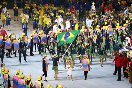 RIO DE JANEIRO, BRAZILIË - AUGUSTUS 5, 2016: Het olympische team Brazilië marcheerde in Rio 2016 Olympische openingsceremonie bij Maracana-Stadion in Rio de Janeiro Redactioneel