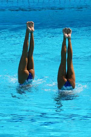 Synchroonzwemmen duet tijdens de competitie Stockfoto - 83090068