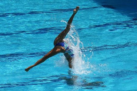 Synchroonzwemduet tijdens competitie Stockfoto - 83090076