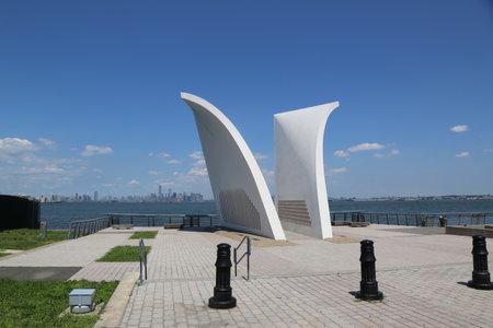 NEW YORK - 16. Juli 2017: Postkarten 9/11 Denkmal in Staten Island. Erbaut im Jahr 2004, ist es ein permanentes Denkmal zu Ehren der 274 Einwohner von Staten Island, die bei dem Anschlag vom 11. September getötet wurden Standard-Bild - 83119971