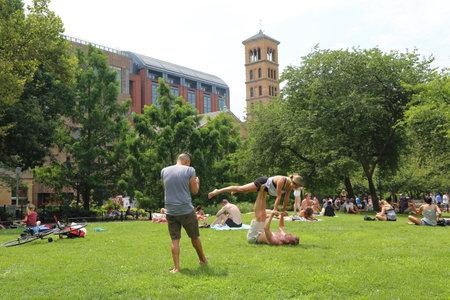 NEW YORK - JULY 22, 2017: Visitors enjoy sunny day at Washington Square in Lower Manhattan Redakční
