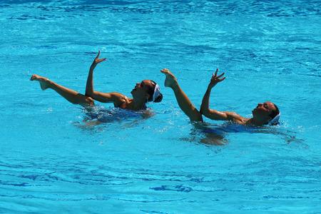 natación sincronizada: RIO DE JANEIRO, BRASIL - 15 DE AGOSTO DE 2016: Ona Carbonell y Gemma Mengual de España compiten durante la ronda preliminar de rutina técnica de natación sincronizada en los Juegos Olímpicos de 2016 Editorial