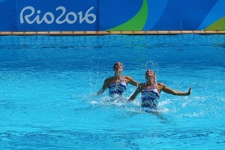 natación sincronizada: RIO DE JANEIRO, BRAZIL - AUGUST 15, 2016: Ona Carbonell and Gemma Mengual of Spain compete during the synchronized swimming duet technical routine preliminary round at the 2016 Summer Olympics