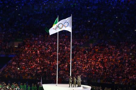 RIO DE JANEIRO, BRASIL - 5 DE AGOSTO DE 2016: A bandeira olímpica no estádio olímpico do Maracanã durante a cerimônia de abertura dos Jogos Olímpicos de Verão do Rio 2016 no Rio de Janeiro Foto de archivo - 83200935