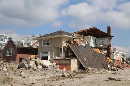 FAR Rockaway, 뉴욕 - 2013 년 2 월 28 일 : 멀리 Rockaway, 뉴욕 허리케인 샌디 후 4 개월 해변 하우스 파괴